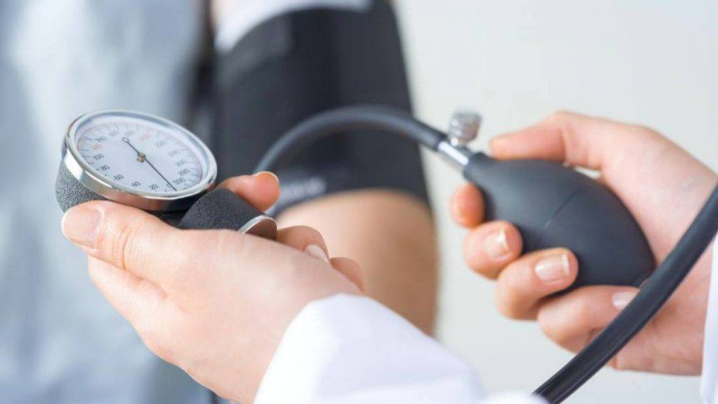 شخص فحص ضغط دمه بواسطة شخص طبي