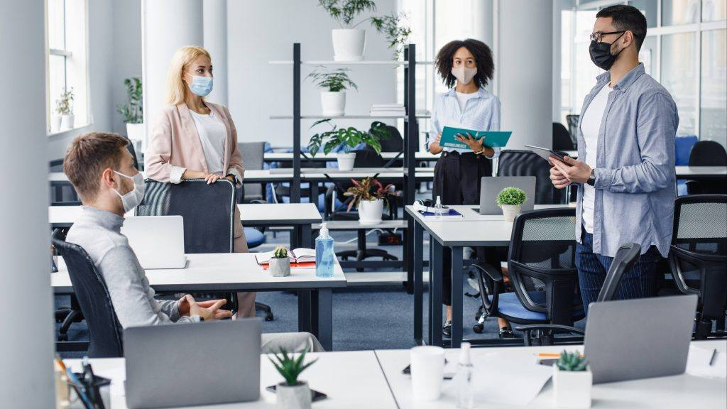 مجموعة من الموظفين الشباب والمتنوعين في المكتب