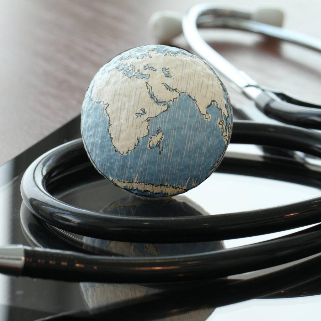 سماعة الطبيب مع كرة صغيرة تستريح على الطاولة لتمثيل الصحة العالمية