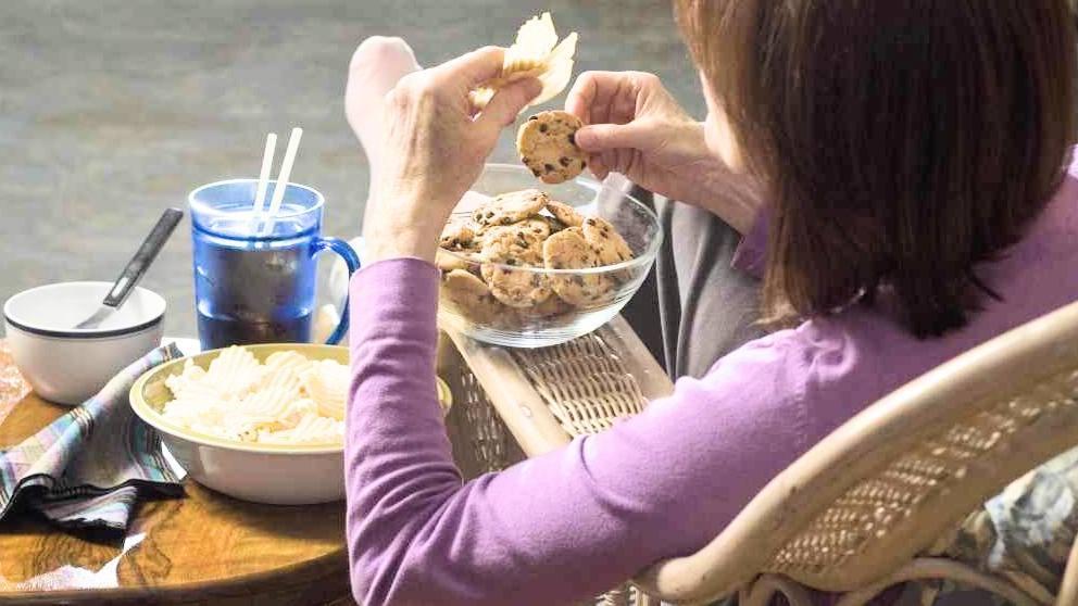 woman-seated-eating-junk-food-binge-eating-16x9-1