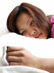 Mujer somnolienta con insomnia
