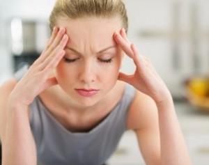 Mujer con dolor de cabeza o migraña