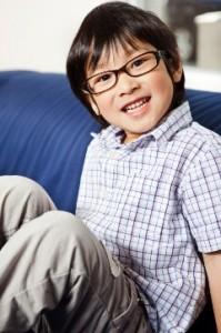 Niño con anteojos