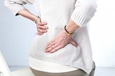 Mujer con dolor lumbar en la espalda