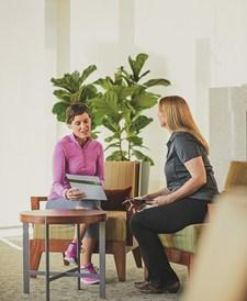 El preparador para bienestar habla con un paciente