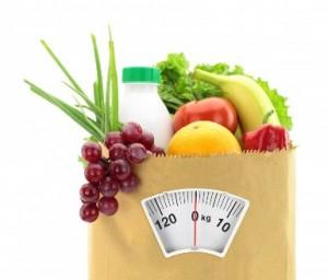 Bolsa de compras con alimentos sanos y una balanza
