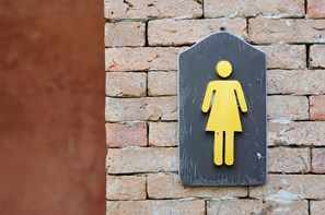 Rótulo universal de baños femeninos