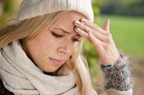 Joven adolescente con migraña o dolor de cabeza por tensión
