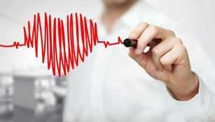 Un hombre grafica el latido cardíaco