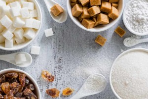 white and brown sugar cubes and sweeteners