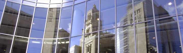 Reflejo del Edificio Plummer de Mayo sobre las ventanas del Edificio Gonda