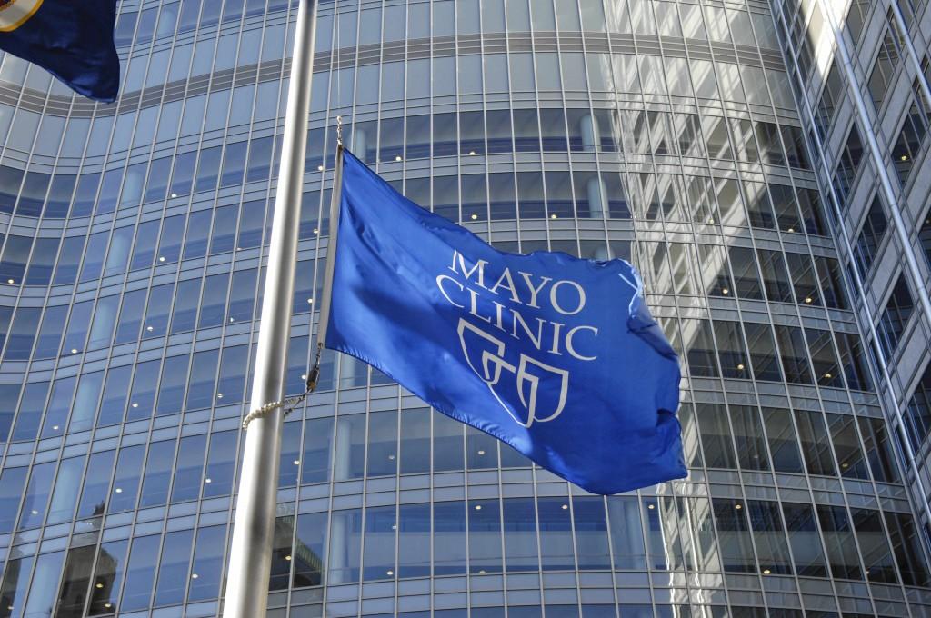 La bandera de Mayo Clinic ondea sobre las ventanas del edificio Gonda