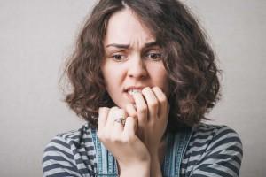 Una mujer demuestra ansiedad
