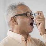 Hombre adulto con un inhalador para asma