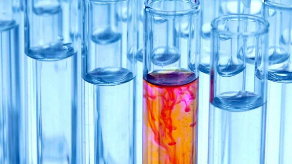 Laboratorio con viales médicos y tubos de ensayo