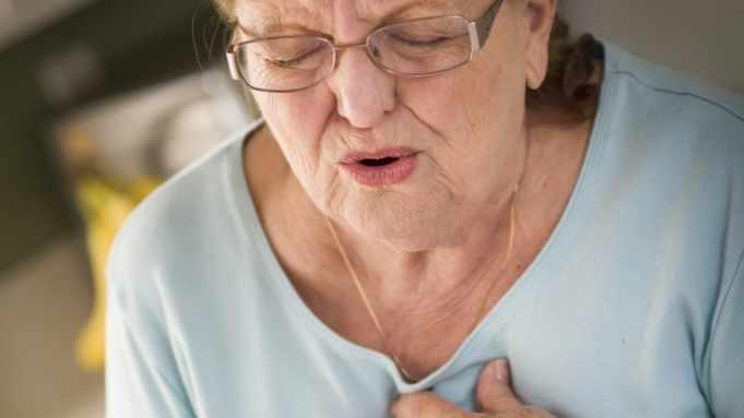 Mujer con dolor del pecho, estrés y ataque cardíaco