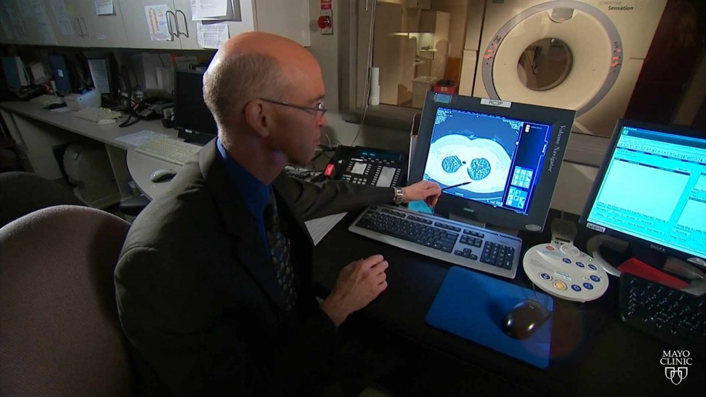doctor looking at a image of lungs on a computer screen