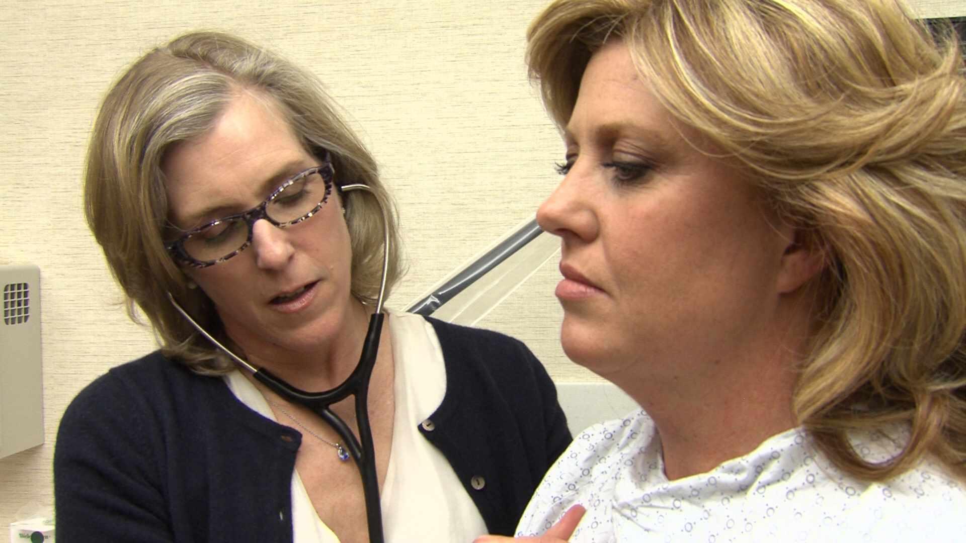 La Dra. Stephanie Faubion examina a una paciente