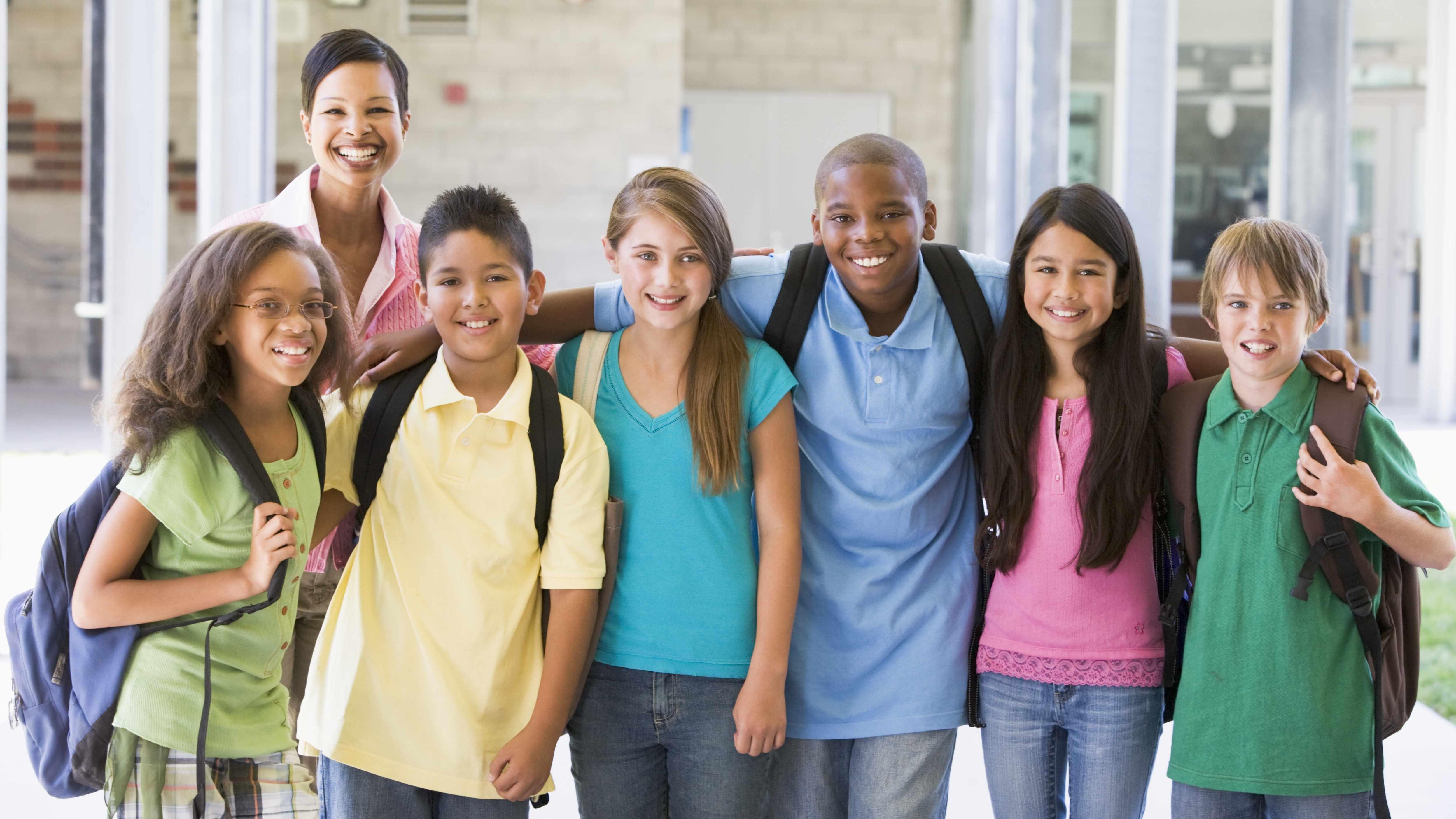 Grupo de adolescentes con chicos y chicas