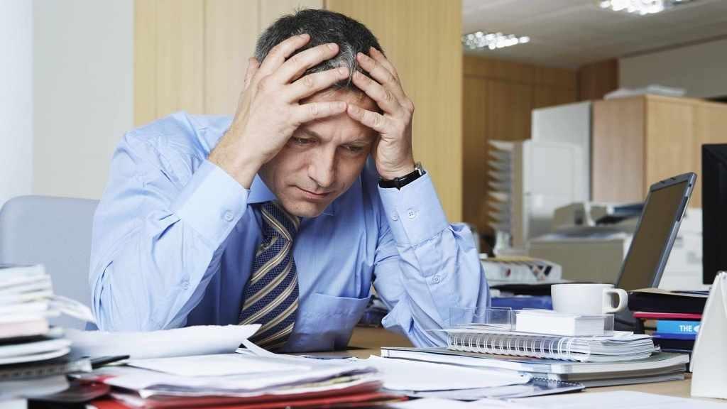 Un hombre estresado en la oficina