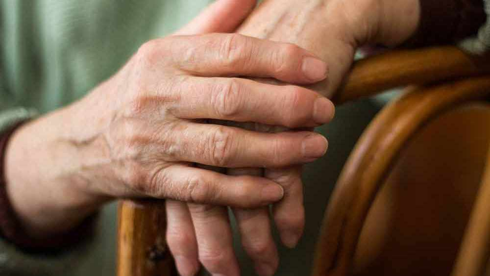 Acercamiento de unas manos ancianas
