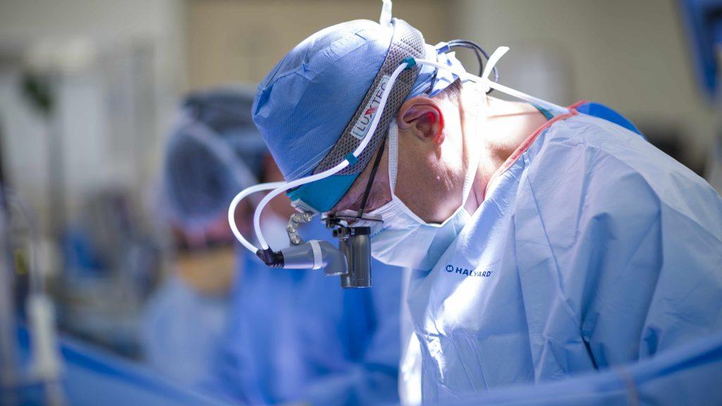 Acercamiento de un cirujano de trasplantes en plena operación