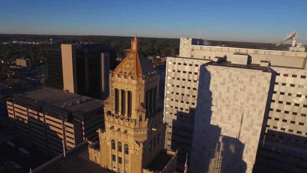 Foto aérea y diurna del Edificio Plummer de Mayo Clinic y del recinto médico en el centro de la ciudad