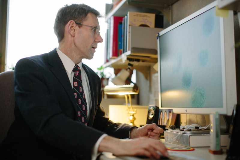 researcher Jan van Deursen, Ph.D., working at computer