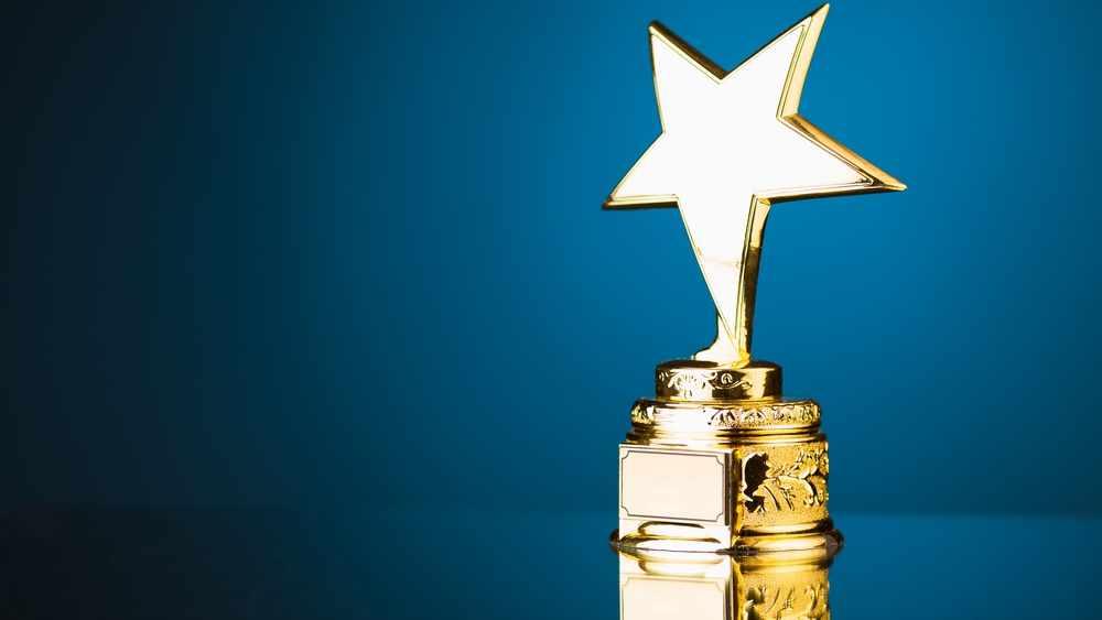 Trofeo de una estrella dorada sobre un trasfondo azul