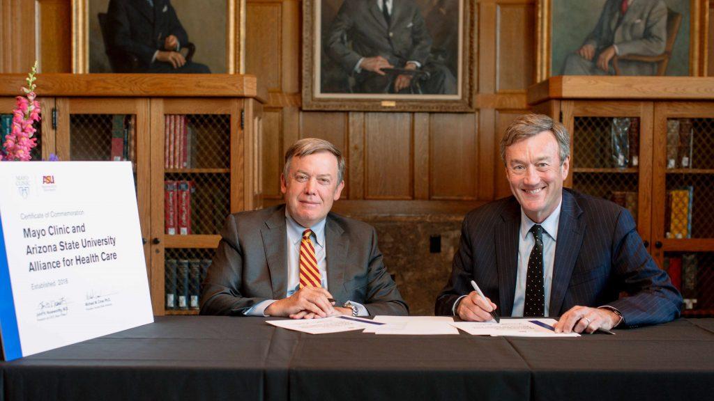Dr. Michael Crow (izquierda) y Dr. John Noseworthy (derecha)