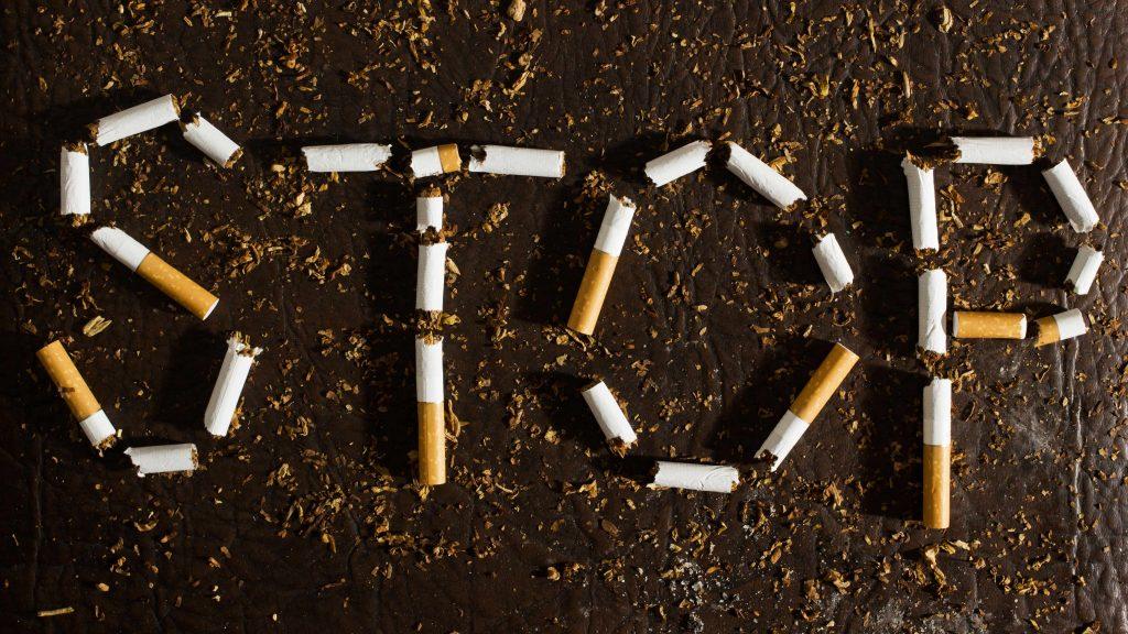 Las palabra STOP (deténgase) escrita con cigarrillos rotos