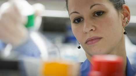 una investigadora trabaja en un laboratorio