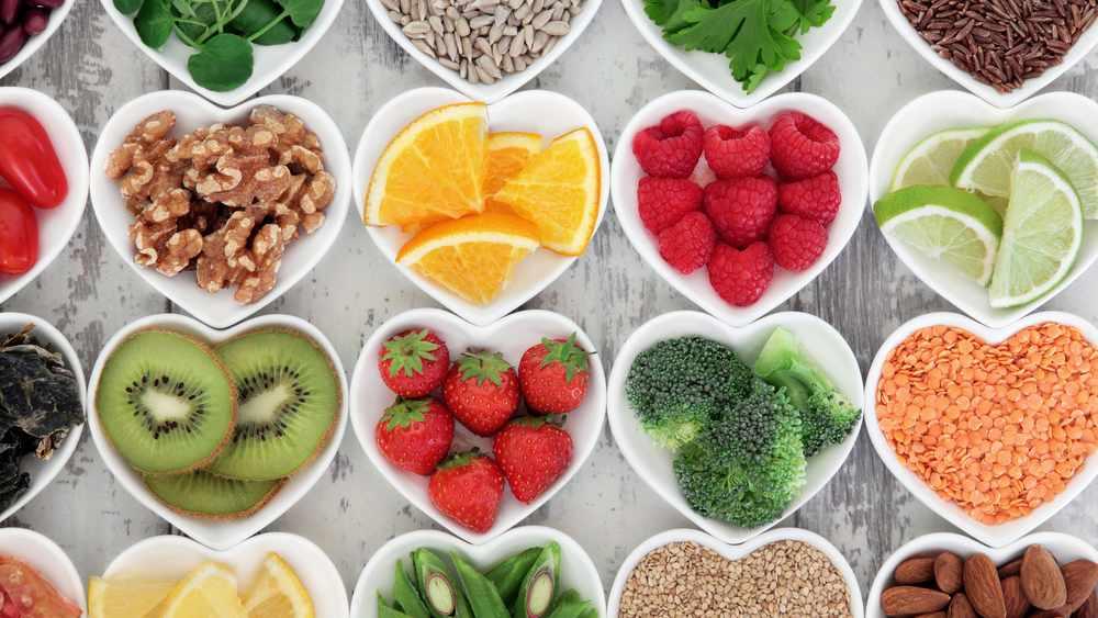 Tazones con forma de corazón con varios alimentos sanos