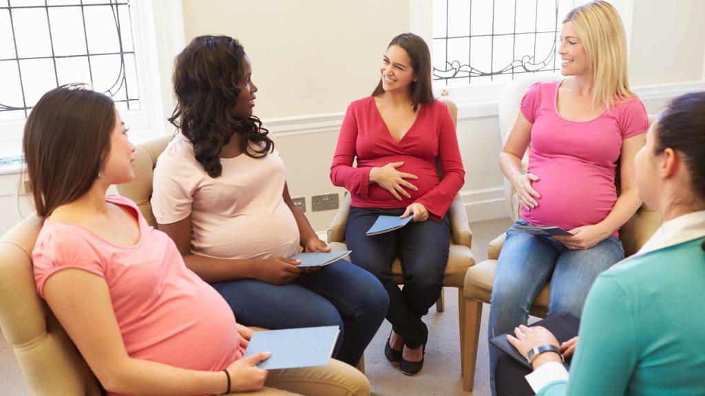 Grupo de mujeres embarazadas en una clase prenatal