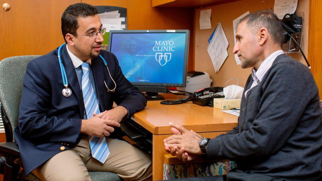 Médico y paciente conversan sobre el tratamiento