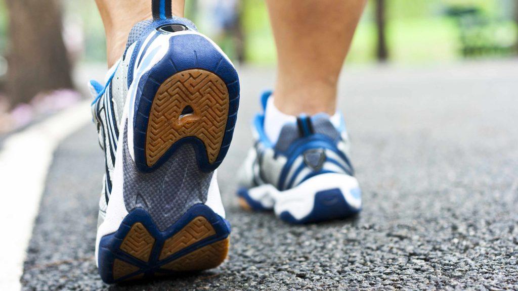 Acercamiento de las piernas de una persona y de zapatos para caminar