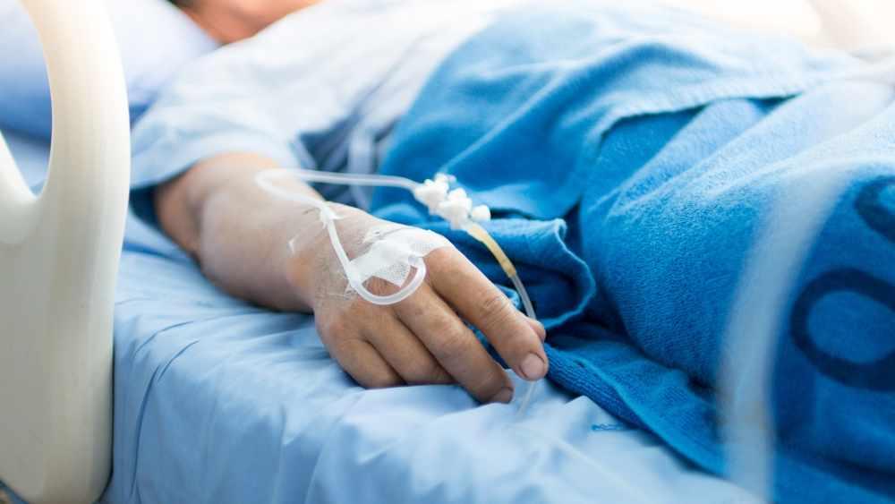 paciente en una cama de hospital