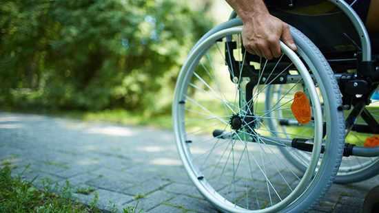 Un hombre en una silla de ruedas