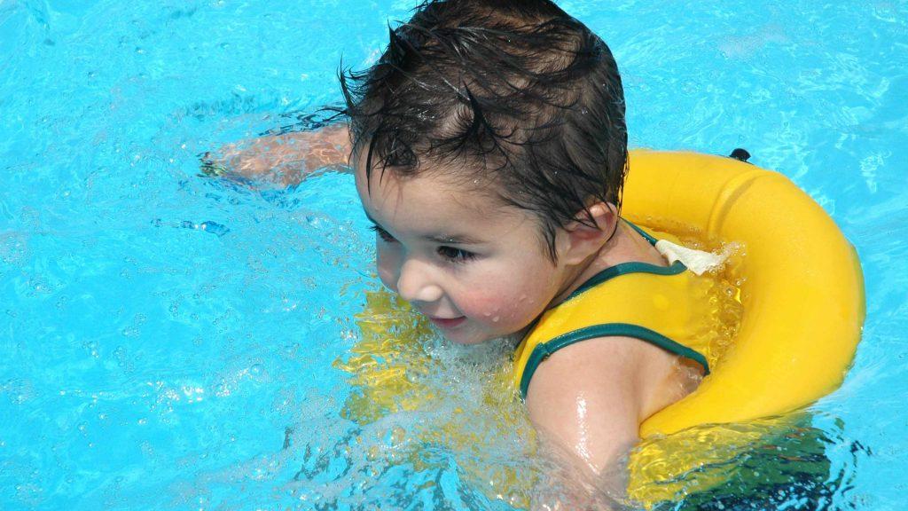 Un niño pequeño en la piscina