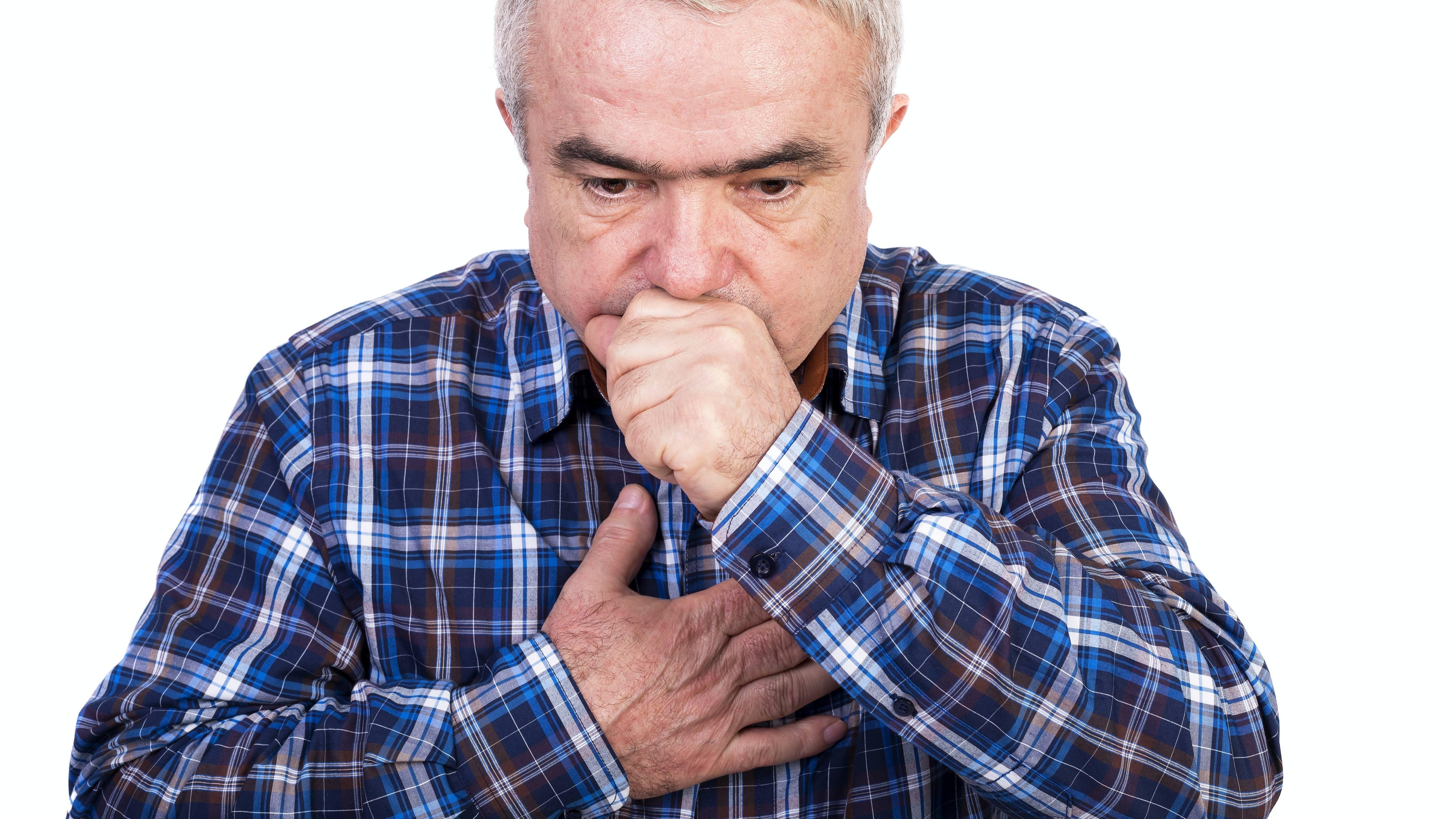 Hombre mayor tosiendo y presentando dolor en el pecho, aislado en un fondo blanco