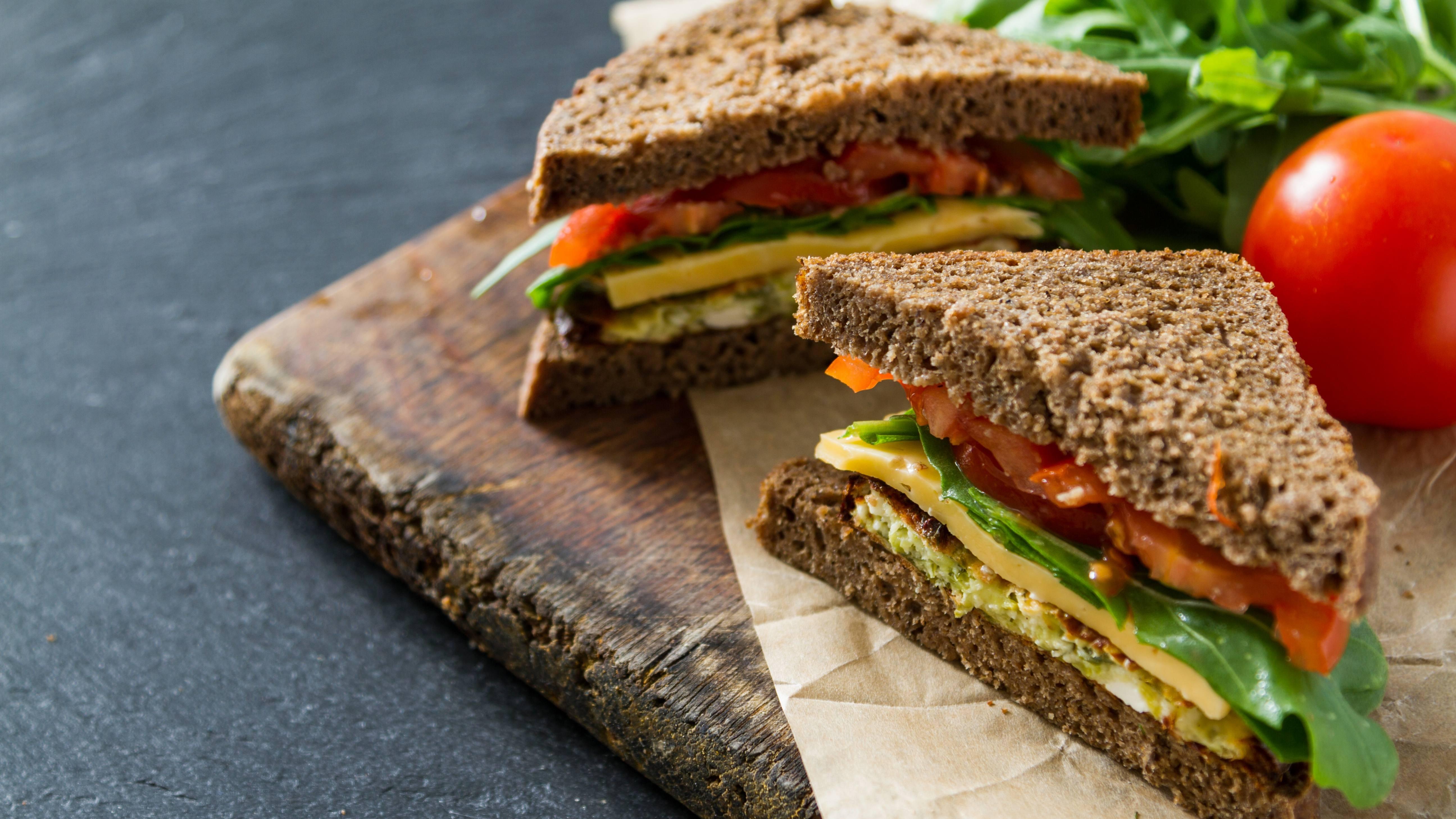 健康的午餐三明治,全麦面包和新鲜蔬菜