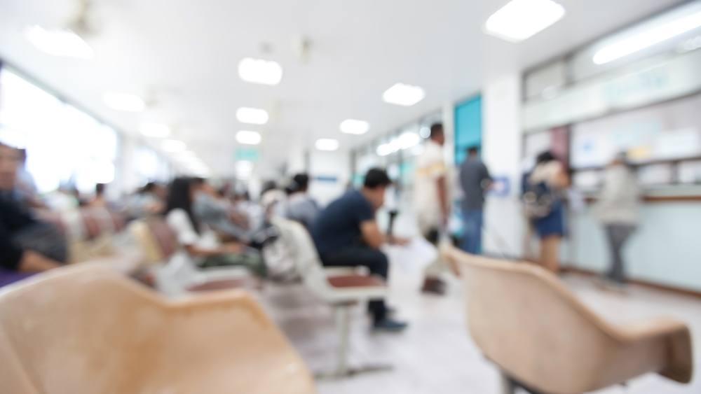 Imagen borrosa de un paciente que espera para ver al médico en el hospital