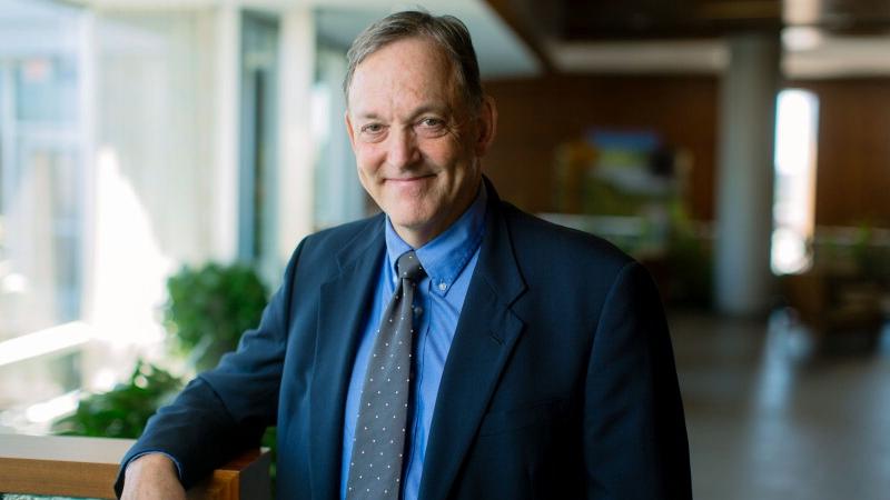 Dr. Charles (Michel) Harper, decano ejecutivo para la práctica médica en una sala de espera del Edificio Gonda.