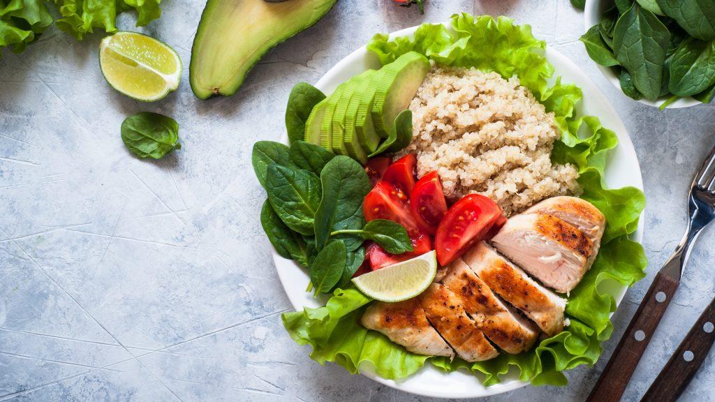 Alimentación balanceada: ensalada fresca con quinua, pechuga de pollo, aguacate, espinaca, lechuga y tomate.