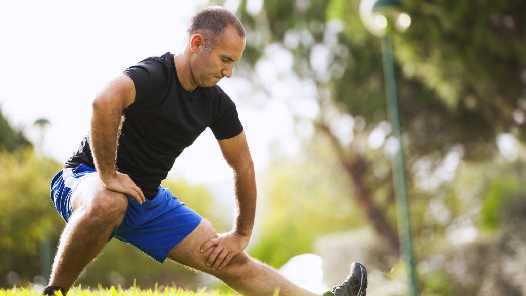 Un hombre maduro hace ejercicio en el parque