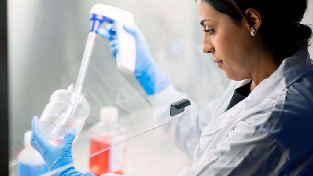 Una investigadora en medicina regenerativa pone las células madre en una pipeta