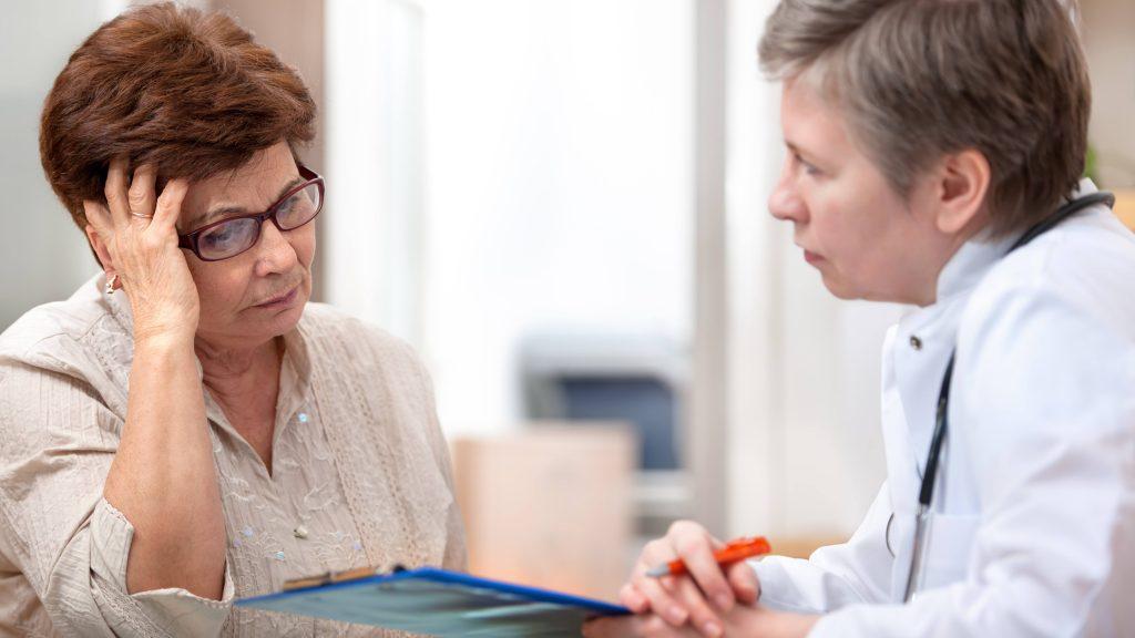 Una doctora y una paciente preocupada en la consulta médica