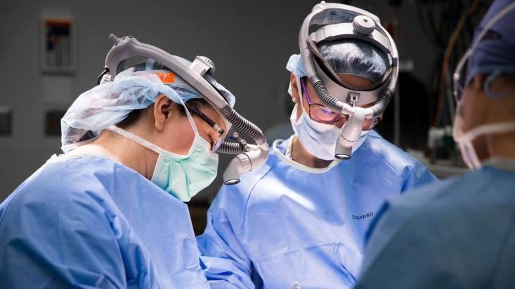 Cirujanos de cáncer de mama de Mayo Clinic que operan en una paciente
