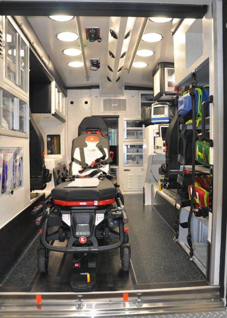 Vista interior de la parte trasera de la ambulancia remodelada