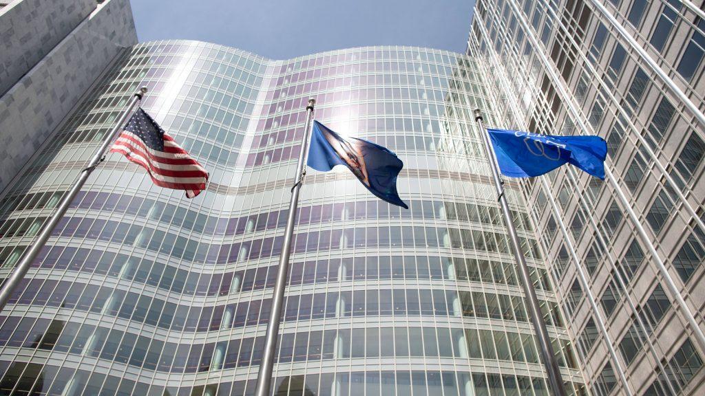 Mayo Clinic Gonda Construyendo ventanas con la bandera de los EE. UU., La bandera de la Clínica Mayo y la bandera del estado de Minnesota ondeando afuera